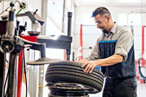 Nissan Technician Tire Change at Morningside Nissan